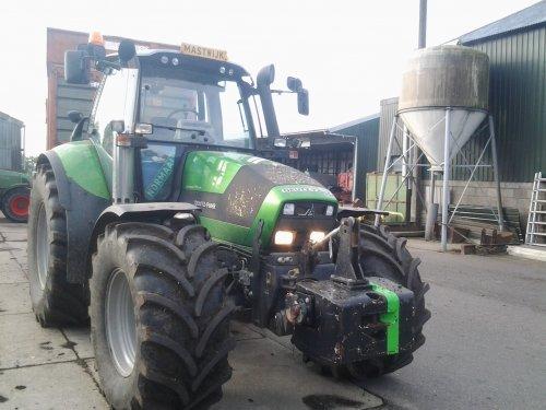 Foto van een Deutz-Fahr Agrotron TTV 620 Special, bezig met maïs hakselen.. Geplaatst door oostdamniels98 op 01-02-2015 om 22:08:25, met 2 reacties.