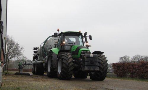 zelf de camera maar eens gepakt, het stronten gaat prachtig met dit weer! http://www.tractorfan.nl/movie/40294/