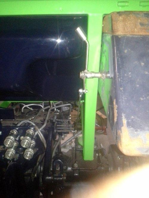 Foto van een Deutz-Fahr D 5207 C, bezig met poseren.extra bediening van de hef op het spatbord gemaakt. nu spatborden stralen en spuiten.