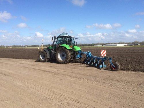 Bollenland aan het zwenkploegen met een Agrotron TTV 610. Geplaatst door RobDeutz104 op 19-05-2015 om 21:12:23, op TractorFan.nl - de nummer 1 tractor foto website.