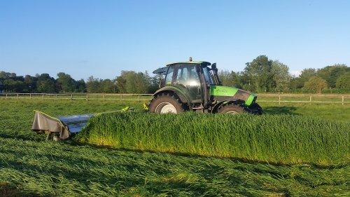 Foto van een Deutz-Fahr Agrotron 150, druk bezig met Gras maaien.. Geplaatst door GROENEDEERE op 06-06-2015 om 22:57:47, met 9 reacties.
