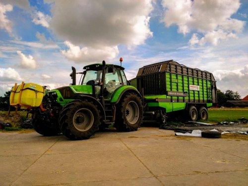 Foto van een Deutz-Fahr Agrotron 6160, druk bezig met Poseren.. Geplaatst door oanejorrit12 op 12-09-2015 om 21:12:14, op TractorFan.nl - de nummer 1 tractor foto website.