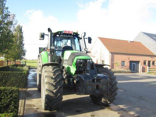 Foto van een Deutz-Fahr Agrotron 6210 Cshift, bezig met poseren.. Geplaatst door jdeutz6190 op 19-12-2015 om 12:26:41, op TractorFan.nl - de nummer 1 tractor foto website.