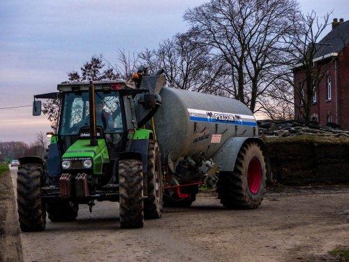 Foto van een Deutz-Fahr Agrostar 6.08 bezig met overpompen.. Geplaatst door NHfan97 op 02-01-2016 om 16:01:57, met 4 reacties.