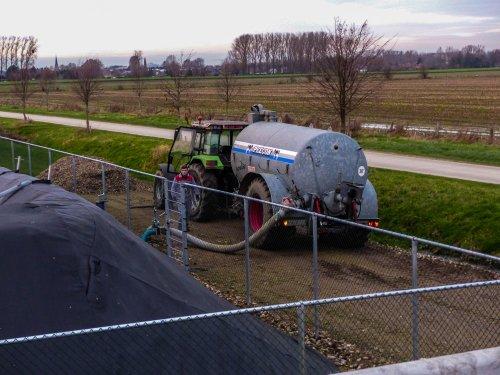 Foto van een Deutz-Fahr Agrostar 6.08 bezig met overpompen.. Geplaatst door NHfan97 op 02-01-2016 om 16:02:02, op TractorFan.nl - de nummer 1 tractor foto website.