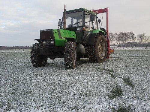 Foto van een Deutz-Fahr DX 3.70, druk bezig met Poseren. De (nieuwe ) trekker in de eerste sneeuw van dit jaar