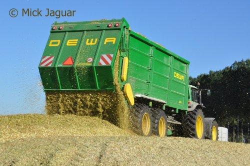 John Deere 7430 met DEWA silagewagen 44m³ Loonwerken De Deyne uit Maldegem (B)  Filmpje? -> https://www.tractorfan.nl/movie/47320/