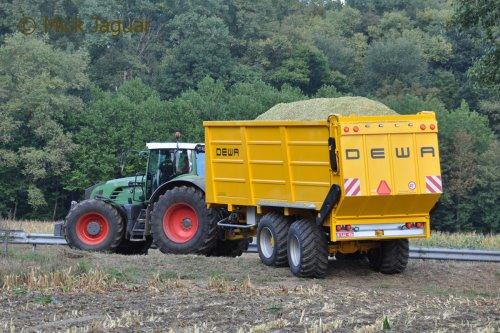 Fendt 936 vario met DEWA silagewagen 44m³. Grond- en Loonwerken De Pourcq uit Astene (B)  Filmpje? -> https://www.tractorfan.nl/movie/47389/
