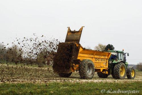 Foto van een Dewa Meststrooier, bezig met bemesten. De Ketelaere - Buyse - Poeke. Geplaatst door tractorfreek op 03-07-2013 om 20:01:57, op TractorFan.nl - de nummer 1 tractor foto website.