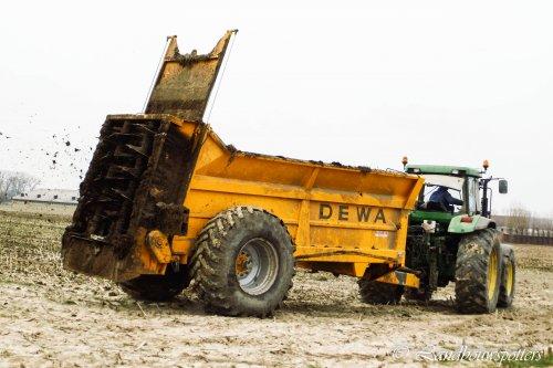Foto van een Dewa Meststrooier, bezig met bemesten. De Ketelaere - Buyse - Poeke. Geplaatst door tractorfreek op 03-07-2013 om 20:02:06, op TractorFan.nl - de nummer 1 tractor foto website.