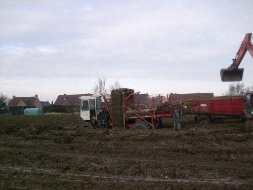 Foto van een Dewulf R3000 Mega, bezig met vast zitten.. Geplaatst door tobiii op 04-10-2009 om 22:23:13, op TractorFan.nl - de nummer 1 tractor foto website.
