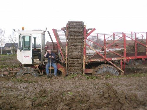 Foto van een Dewulf R3000 Mega, bezig met vast zitten.. Geplaatst door tobiii op 04-10-2009 om 22:23:57, met 2 reacties.