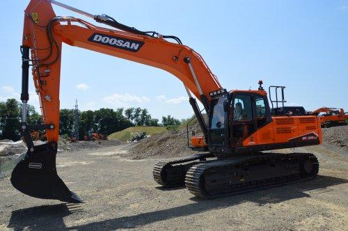 Kijk, daar heb je DOOSAN BOBCAT EMEA S.R.O (Dobříš) × met een Doosan DX300LC-7. Geplaatst door buttonfreak op 26-06-2019 om 16:55:58, op TractorFan.nl - de nummer 1 tractor foto website.