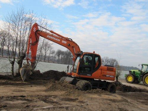 Foto van een Doosan DX140W van Loonbedrijf Waaijenberg Barneveld. Foto van een paar weken terug. Geplaatst door CHALLENGERfan op 22-02-2016 om 20:25:54, op TractorFan.nl - de nummer 1 tractor foto website.