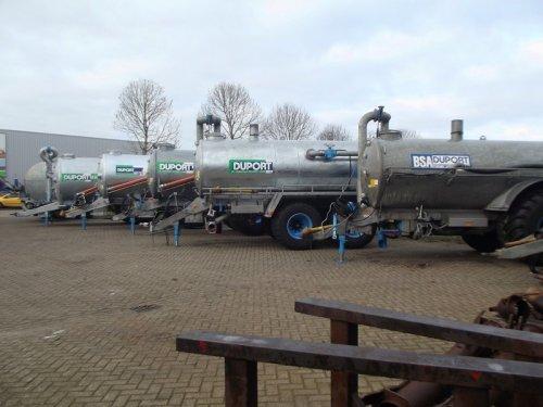 Mooi rijtje bij duport in Dedemsvaart  https://www.youtube.com/watch?v=VoZhRRhNouY. Geplaatst door pekkerietfan op 09-12-2016 om 17:17:54, op TractorFan.nl - de nummer 1 tractor foto website.