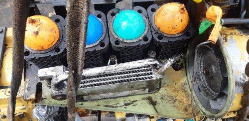 Foto van een Eder 805 Vandaag de motor even schoon gespoten voor zover het kan met een gewone hoge druk spuit.(moet nog steeds x een stoomcleaner hebben) Op plekken waar ik geen water wou hebben doeken of ballonnen ingedrukt.