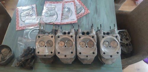 Foto van een Eder 805 Vandaag de cilinderkoppen terug gekregen van revisie bedrijf. 1 kop is vervangen voor een nieuwe. De andere koppen zijn gevlakt. Hebben nieuwe kleppen gekregen. En nieuwe klepgeleiders. Verder ook 4 complete kopsets om alles weer netjes op te bouwen.