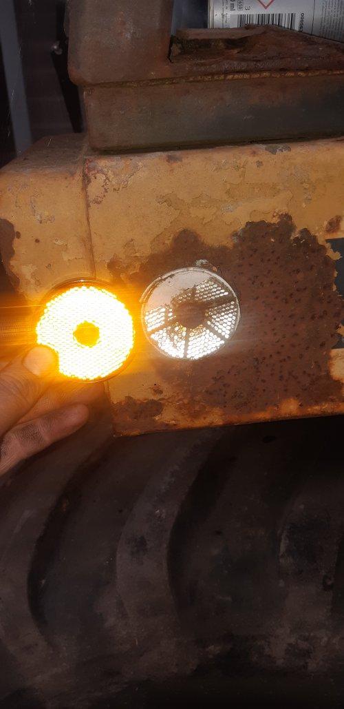 Foto van een Eder 805 Ook nieuwe reflectors rondom Volgende x de verstuivers en leidingen. En laatste kapwerk. Dan kan hij er weer in.