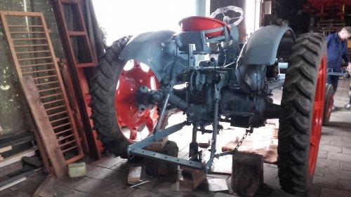 Foto van een Eicher G 400 Unisuper Staat op 2 mtr ivm straks gaan gebruiken om te schoffelen in de bieten en of  chigorei