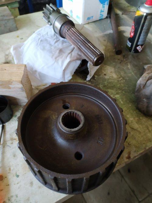 Foto van een Eicher Onbeken  Nieuwe lagers en kringen gestoken.  Gelijk nieuwe remschoenen erin.   Nu regelventiel Hef inrichting reviseren