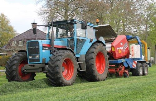 Loonbedrijf J. Dijkstra perst de eerste balen van 2013, dit met de Eicher 3145 Turbo + Welger pers/wikkel combinatie.  Meer op: http://www.landbouwpowers.nl