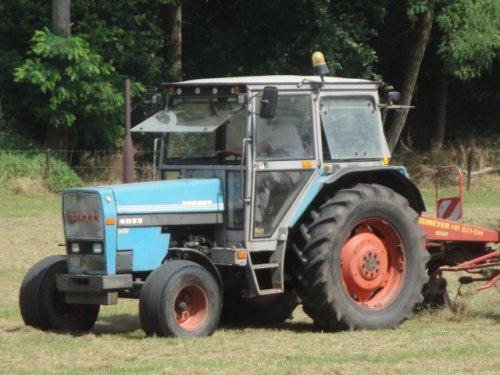 Foto van een Eicher 4072, dit is in Wolfersveen gelderland.. dit zie ik niet elke dag een Echer die aan het schudden is