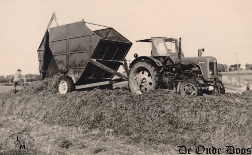 De hakselcombinaties van Marcel Bosmans uit Edingen (B) waren toch wel iets speciaals. Marcel bouwde de afschuifwagens zelf als landbouwmachine constructeur. Daarnaast was hij dus ook loonwerker. Met een Lundell hakselaar werd het gras verhakselt en in deze wagens geblazen.  Het is dus een afschuifwagen die die eenvoudig kon gelost worden. Door het manueel openen van de achterdeur en de duwplaat op te winden, werd alles naar buiten geperst. Om het plaatje compleet te maken werd een Famulus trekker voor de kar geplaatst, die wat hulp kreeg om op de silo te komen.   Meer zien? http://www.deoudedoos.be/?page_id=13390