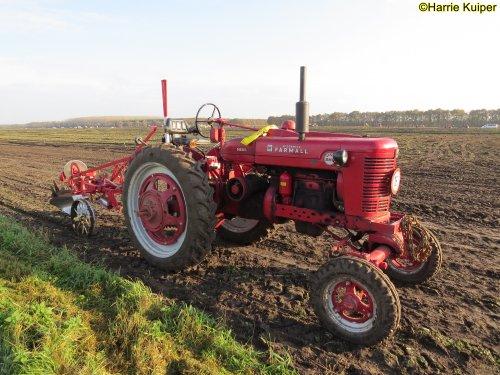Foto van een Farmall Super BMD  , nationale ploegwedstrijd 22/11/2019 in Stadskanaal.. Geplaatst door oldtimergek op 02-12-2019 om 14:11:57, op TractorFan.nl - de nummer 1 tractor foto website.