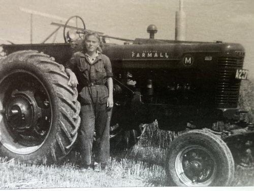 Foto van een Farmall Lady. Een dikke Farmall M met een chique dame. Deze foto is uit de 40er jaren en genomen ergens in de provincie Groningen.