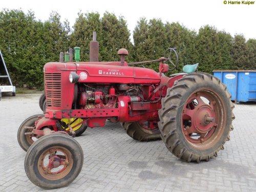 Foto van een Farmall Super BMD, bezig met poseren. 21-03-2015 De Vries mechanisatie te Beilen. Geplaatst door oldtimergek op 22-03-2015 om 23:43:49, op TractorFan.nl - de nummer 1 tractor foto website.