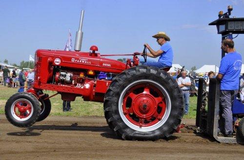 Foto van een Farmall Super BMD, bezig met tractorpulling. Op de landbouwdag van De Lange Slag . op weg naar m'n eerste full pull.