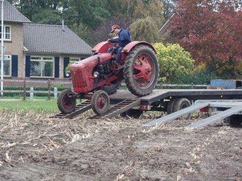 Foto van een Farmall DF 25, bezig met poseren. Ploegwedstrijden Toldijk. Deze deelnemer is klaar en zet de tractor weer klaar voor transport.
