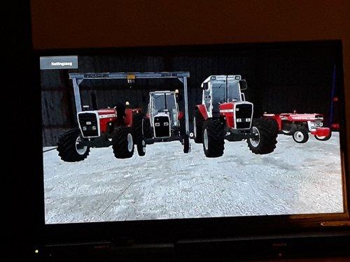 Foto van een Farming Simulator Massey Ferguson van links naar rechts  MF 699 MF 383 MF 3070 En de Benjamin van de groep   Een MF 135