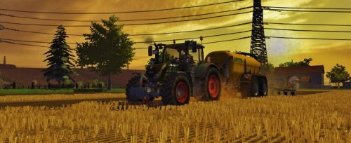 Foto van een Farming Simulator Fendt, bezig met bemesten. Fendt 724 SCR + Zunhammer 18m³ met 6m Zunhammer Vibro..