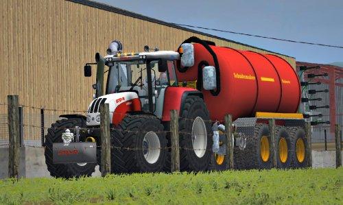 Foto van een Farming Simulator Steyr, bezig met bemesten. tja moet bezig blijven als je eigen Steyr kapot. dan maar op de pc haha