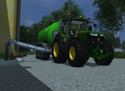 Foto van een Farming Simulator John Deere, bezig met bemesten.  John Deere 7280R + Joskin Euroliner + Zunhammer Vibro 6 meter bouwlandbemester bij de put.