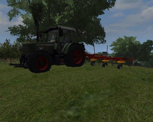 Foto van een Farming Simulator Fendt, bezig met gras schudden.  Mijn gemaakte 308, als basis is de 380 gebruikt, daarop heb ik de neus geplakt van een 515, verkleint. 308 stikkers er op gemaakt (moet nog /90 achter), uitlaat op de motorkap. Het enigste wat er nu nog op moet aan de buitenkant is een luchtinlaat.  De zeiconsole is op dit moment nog leeg, hier komt nog een keer een passende interieur in, maar dat is nog wachten op een paar modellen die eerst gemaakt moeten worden.