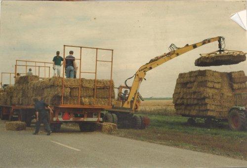 Foto van een Faun 1020 wielkraan, bezig met balen laden. Flevopolder 1980.  Ga voor meer foto's naar http://members.home.nl/paulmajoor !