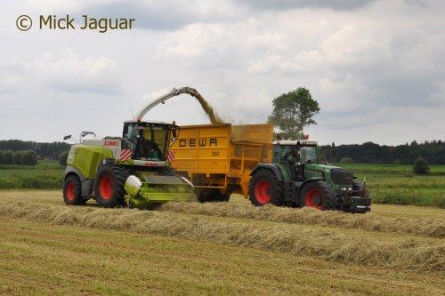 Claas Jaguar 970 en Fendt 926vario met DEWA silagewagen, bezig met gras hakselen. Peltijn Agri uit Hansbeke (B) Filmpje? -> https://www.tractorfan.nl/movie/46847/
