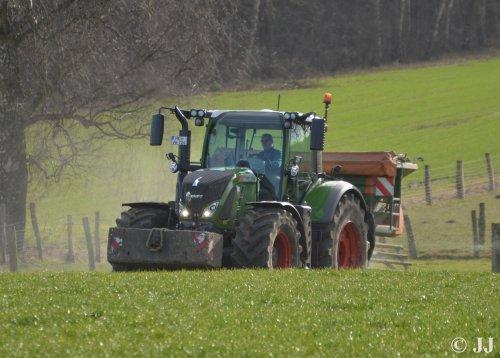 Foto van een Fendt 724 S4 van Agrar-Service von der Wroge (Bad Fallingbostel) bezig met zijn eerste werkzaamheden.