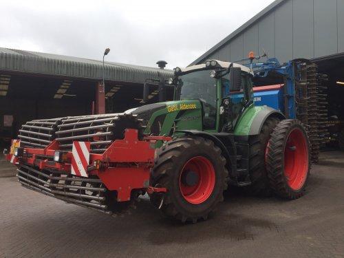 Hier zie je Gebr. Aldenzee BV (Deurne) × met een Fendt 828.. Geplaatst door FransFrago op 18-03-2017 om 12:09:33, op TractorFan.nl - de nummer 1 tractor foto website.