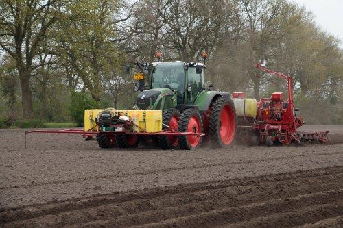 Landbouwbedrijf Deddens aan het aardappels poten met hun Fendt 718 met 8-rijer getrokken Grimme GL 840T poter.  Meer foto's op: http://www.trekkerfotografie.nl