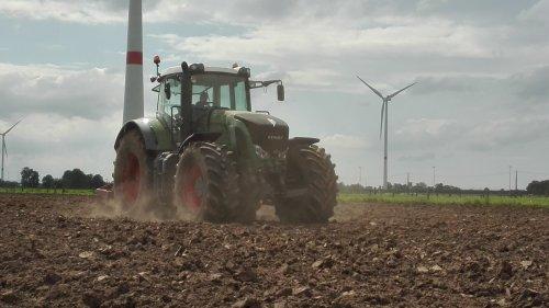 Melkveehouder en grondwerken Jan Brughmans aan het diepwoelen met hun dikke fendt!. Geplaatst door Janssen656 op 14-05-2017 om 21:20:41, op TractorFan.nl - de nummer 1 tractor foto website.
