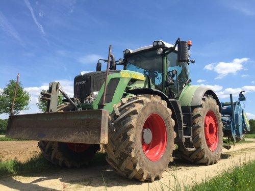 Gebr. Aldenzee BV (Deurne) × op de foto met een Fendt 828.. Geplaatst door FransFrago op 16-05-2017 om 23:24:44, op TractorFan.nl - de nummer 1 tractor foto website.