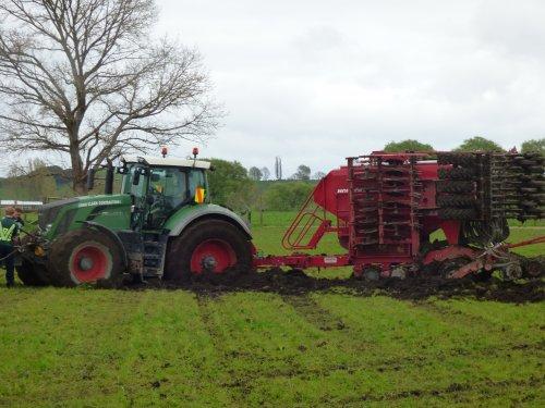Foto van een Fendt 824 Vario. Gras doorzaaien in Nieuw Zeeland op een iets te nat perceel.... Geplaatst door thomie22 op 26-09-2017 om 06:22:26, op TractorFan.nl - de nummer 1 tractor foto website.