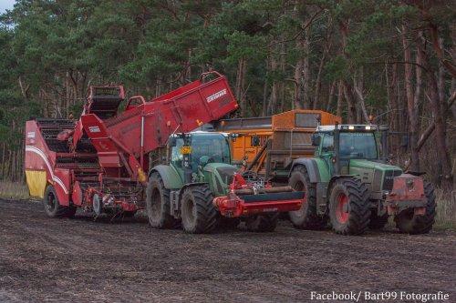 Akkerbouwbedrijf Deddens met 2 rooicombinaties aan het rooien, waaronder ook nog een 826. Geplaatst door bart99 op 02-11-2017 om 19:40:15, op TractorFan.nl - de nummer 1 tractor foto website.
