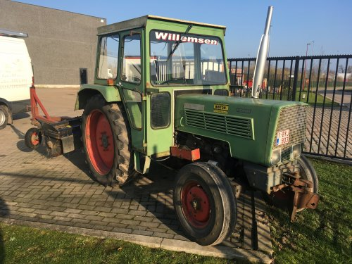 Fendt 103 S met veegborstel. Geplaatst door Gavrie Willemsen op 14-01-2018 om 13:21:03, op TractorFan.nl - de nummer 1 tractor foto website.