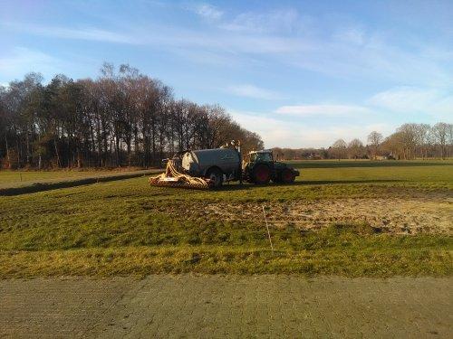 Foto van een Fendt 818. Beetje mest uit laten rijden omdat onze tank nog niet klaar is.. Geplaatst door newholland6640 op 13-03-2018 om 19:08:23, met 5 reacties.