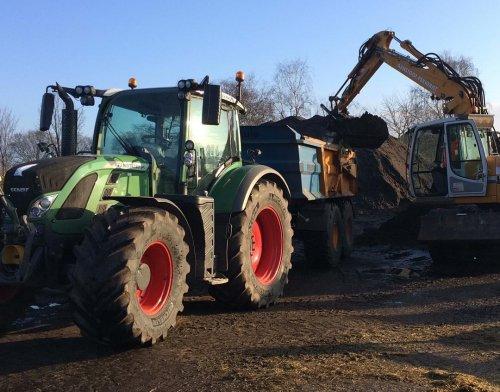 Foto van een Fendt 720 bezig met grond dumperen. Geplaatst door Gerwin 1455 op 25-03-2018 om 14:49:21, op TractorFan.nl - de nummer 1 tractor foto website.