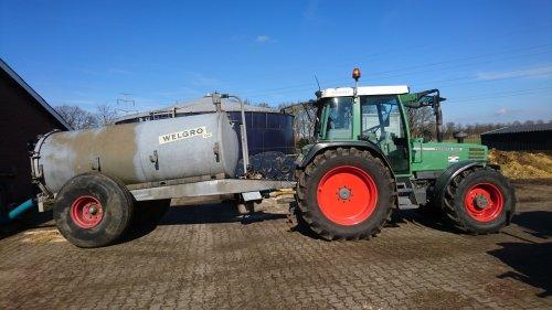 Foto van een Fendt 308 Holland Farmer toch nog maar een paar takjes mest uit de pinken stal gehaald, wanneer de pinken naar buiten zijn doen we mixen met de mest pomp en dan overpompen naar de stal